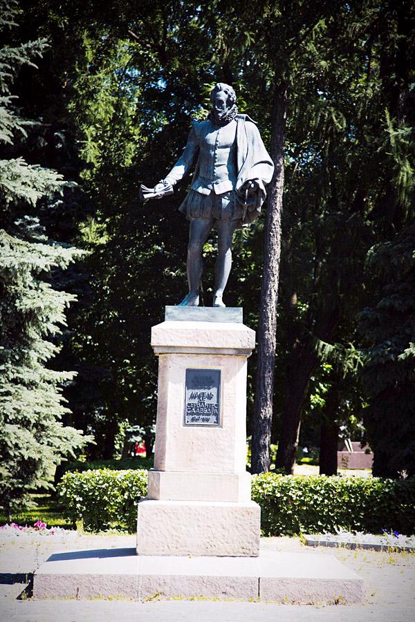 Памятник Мигелю де Сервантесу в парке Дружбы в Москве